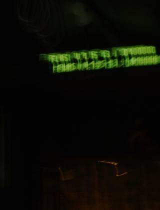 """Haltestellen-Display in einem Bus, zeigt """"Flash V. 1.5 13 1 0100000"""" oder so ähnlich (sehr verwackelt)"""""""