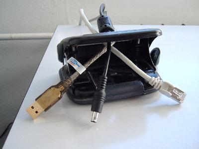 Locher mit USB-, Netz- und Ethernet-Kabel
