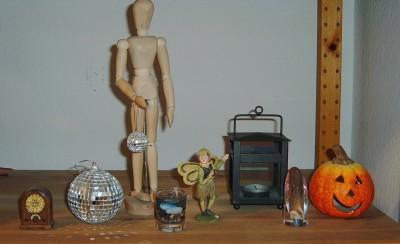 Ein Radio, eine Discokugel, eine Proportionspuppe, eine Glibberkerze, eine schottische Fee, eine Laterne, ein Glasschmuck und ein Kürbis